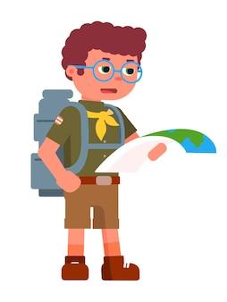 Escuteiro sério segurando um mapa de papel para a navegação concentrada, adolescente usando uma mochila de óculos e terno