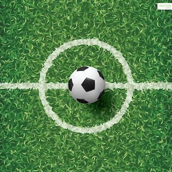 Esfera de futebol no campo de grama verde.