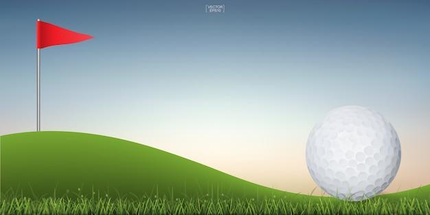 Esfera de golfe no monte verde da corte do golfe com fundo do céu do por do sol.