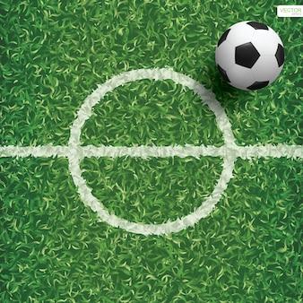 Esfera do futebol do futebol no campo de grama verde.