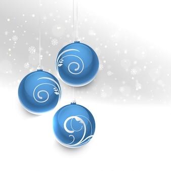 Esferas azuis do natal em um fundo de prata