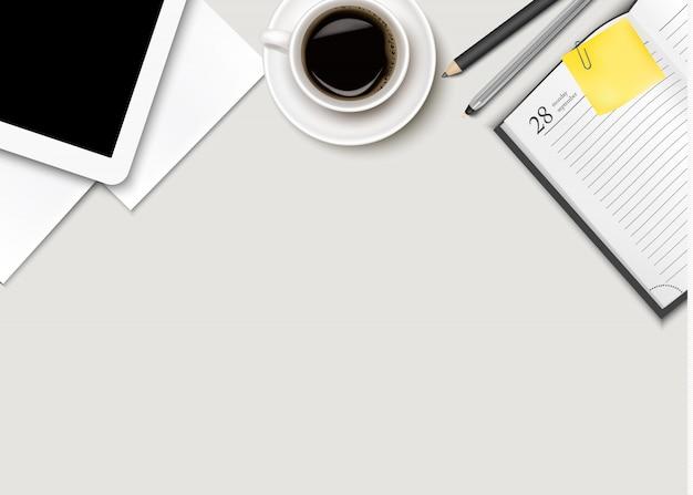Espaço de trabalho de escritório - café, tablet, papel e algumas canetas.