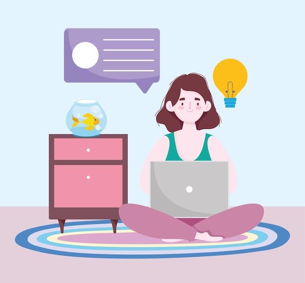 Espaço de trabalho de escritório em casa, mulher no chão, usando o laptop com mesa e peixes na tigela.