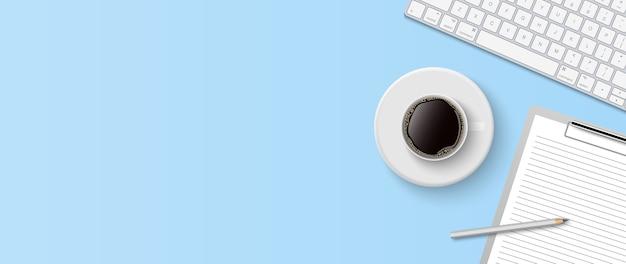 Espaço de trabalho mínimo plano, mesa de escritório com vista superior com teclado de computador, área de transferência e xícara de café sobre fundo de cor azul