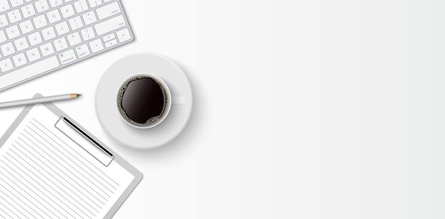 Espaço mínimo de trabalho plano, mesa de escritório com vista superior com teclado de computador, área de transferência e xícara de café no fundo de cor branca