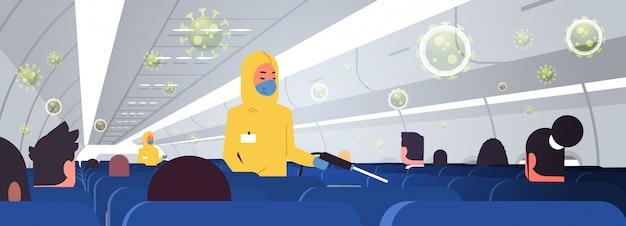 Especialistas em roupas perigosas, limpeza e desinfecção de avião com passageiros para vírus epidêmico wuhan coronavirus pandemia de risco médico à saúde conceito de avião interior horizontal