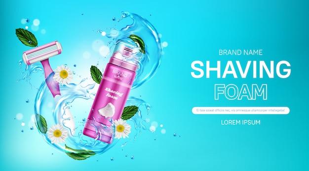 Espuma de barbear e lâmina de barbear de segurança com respingos de água, folhas de hortelã e flores de camomila. promoção de cosméticos de mulheres com barbeador e garrafa rosa.