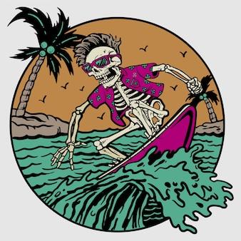 Esqueleto de verão na prancha de surf na praia