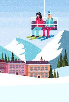 Esquiadores no teleférico no hotel resort de esqui