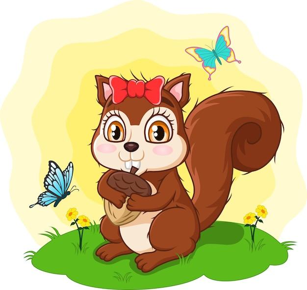 Esquilo bonito de desenho animado segurando bolota