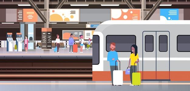 Estação de trem com passageiros passageiros saindo de trem segurando sacos transporte e conceito de transporte