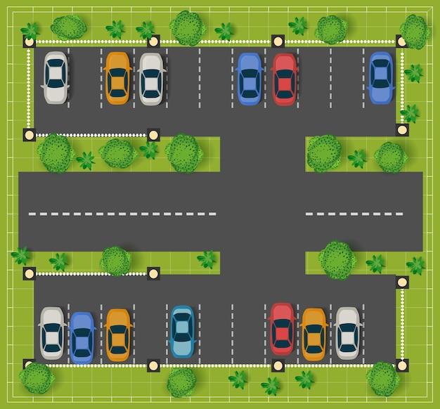 Estacionamento na estrada vista de cima com carros e árvores.