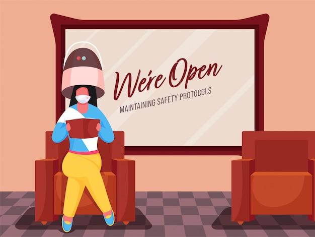 Estamos abertos mantendo mensagem de protocolos de segurança no quadro de parede ou secador de cabelo com touca de mulher usando espelho e mulher no sofá.