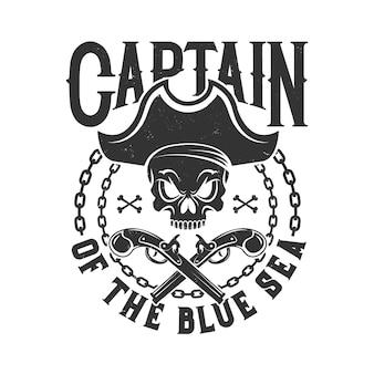 Estampa de camiseta com caveira de pirata em tricórnio, corrente e armas cruzadas