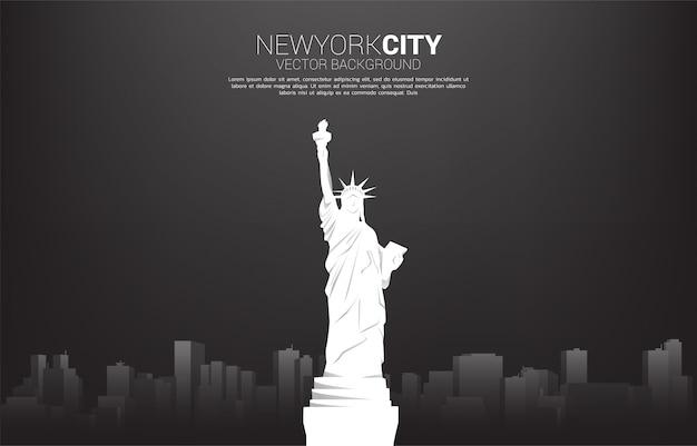 Estátua da liberdade e fundo da cidade. conceito de plano de fundo para a cidade de nova york.