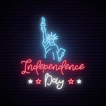 Estátua da liberdade para 4 de julho sinal de néon.