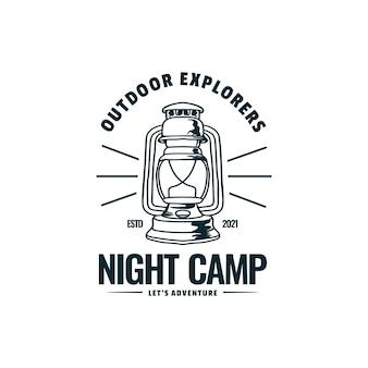 Estilo do emblema do vintage do vetor do logotipo da ilustração do acampamento da noite.