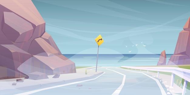 Estrada de carro para a praia do mar no nevoeiro.