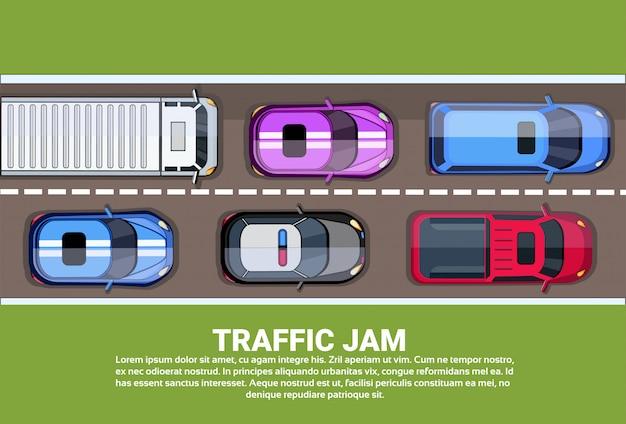 Estrada ou estrada da vista superior do engarrafamento completamente de carros e de caminhões diferentes