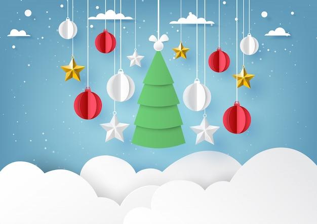 Estrelas, árvore de natal e bola de natal pendurado no céu azul de fundo de inverno