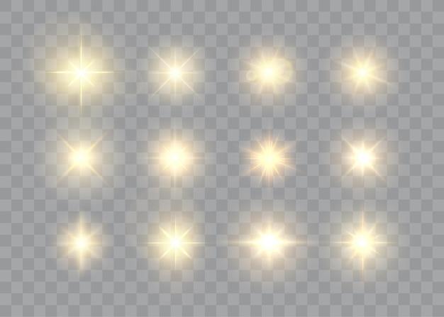 Estrelas douradas e faíscas isoladas em uma coleção de efeitos de luz brilhante de chamas e raios de sol de fundo transparente