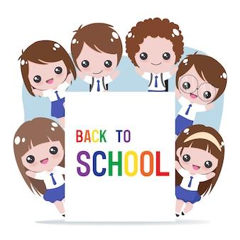 Estudante alegre em uniforme segurando a escola