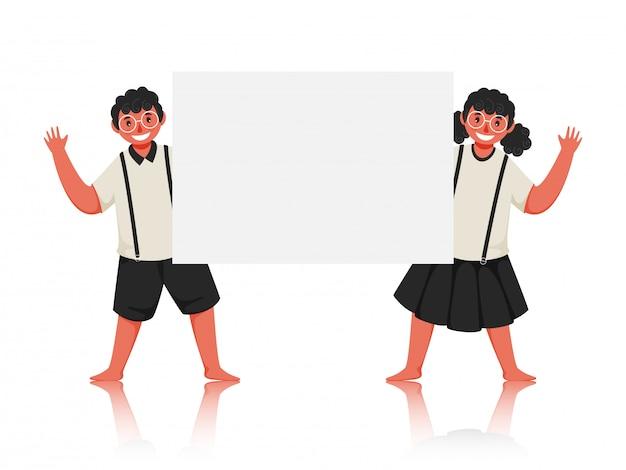 Estudante boy e garota dizendo olá com segurando um papel branco em branco.