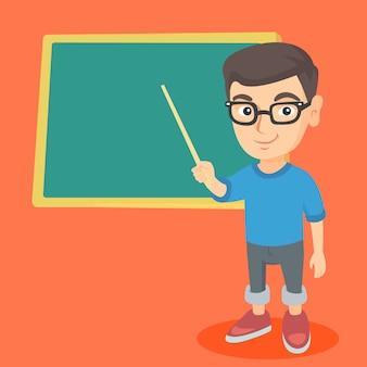 Estudante caucasiano, apontando para o quadro-negro.