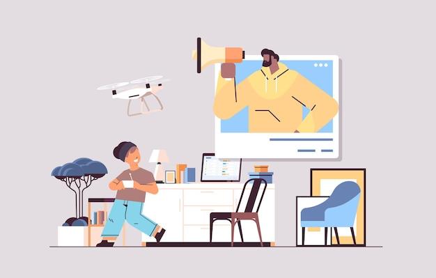 Estudante controlando drone de ar com controle remoto sem fio menino com homem afro-americano na janela do navegador se divertindo com o interior da sala