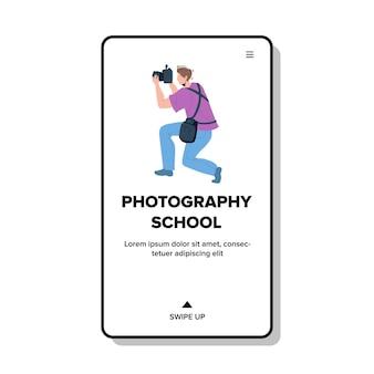 Estudante da escola de fotografia que faz o vetor da foto. homem usando câmera digital e tirando fotos em cursos educacionais. fotógrafa de personagem fotografando ilustração plana dos desenhos animados da lição