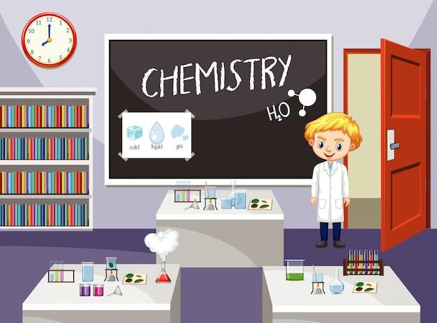 Estudante de ciência em pé na sala de aula de química
