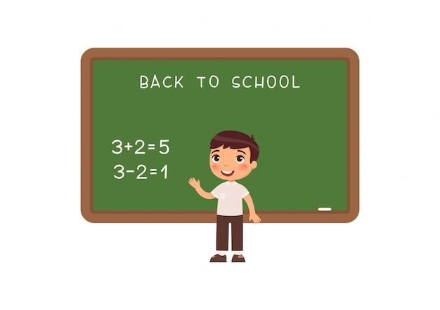 Estudante de pé na ilustração plana do quadro-negro. aluno da escola primária, resolvendo exercícios matemáticos perto do personagem de desenho animado do quadro-negro. tarefa de adição e subtração na aula de matemática