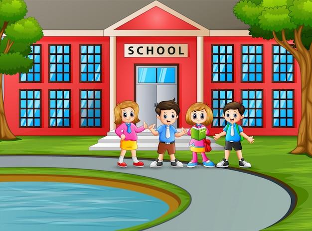 Estudante feliz em frente ao prédio da escola