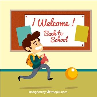 Estudante feliz que atravessa o corredor