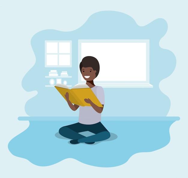 Estudante negro jovem sentado lendo livro