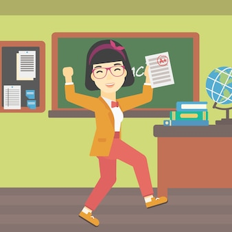Estudante segurando papel de teste com melhor resultado.