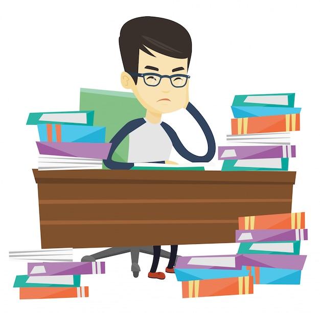 Estudante sentado à mesa com pilhas de livros.