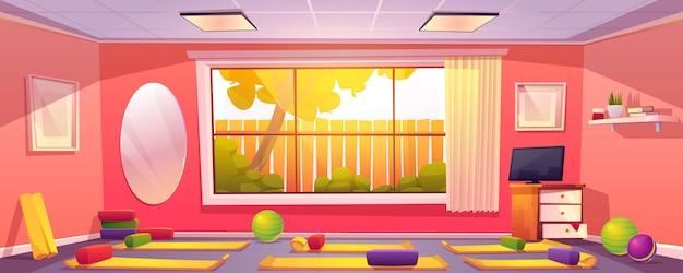 Estúdio de ioga em casa, sala de ginástica vazia com tapetes