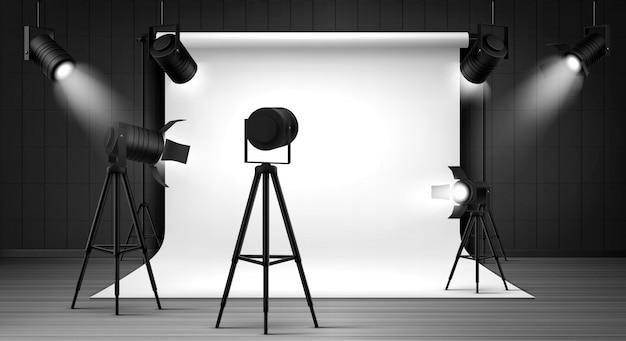 Estúdio fotográfico com painel branco e holofotes