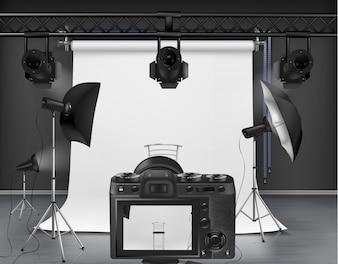 Estúdio fotográfico com tela branca roll-up, câmera digital, holofotes e softboxes