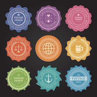 Etiqueta com carimbo vintage amassado. justiça laranja com escalas e símbolo de barra retrô com caneca de cerveja. coração púrpura com setas cruzadas e enfeites de heráldica de coroa rosa para descontos de certificados.
