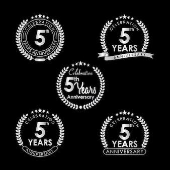 Etiqueta de celebração de aniversário de 5 anos com grinalda de louro