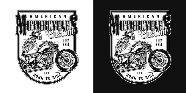 Etiqueta monocromática de motocicleta personalizada vintage com esqueleto em capacete andando de moto