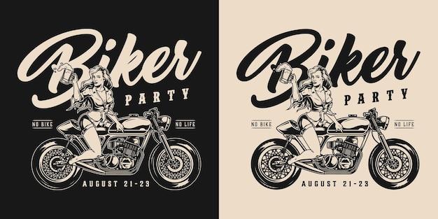 Etiqueta monocromática vintage de festa de motociclista com uma linda mulher sentada em uma motocicleta segurando um copo de cerveja em fundos escuros e claros