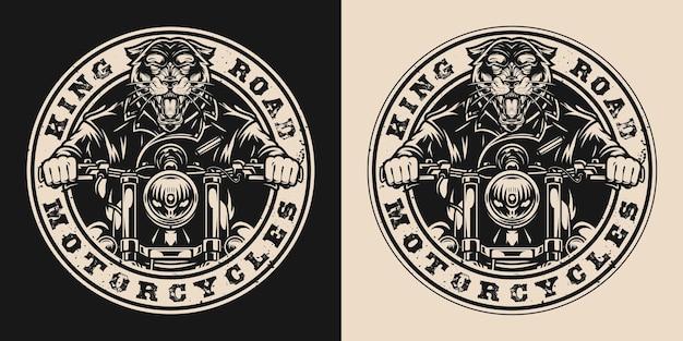 Etiqueta vintage redonda de motocicleta personalizada com pantera feroz em jaqueta de motociclista andando de moto em estilo monocromático