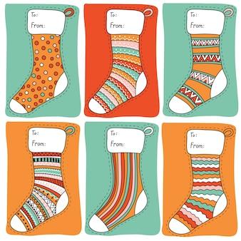 Etiquetas de presente de natal coloridas com formato de meias
