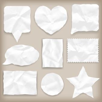 Etiquetas ou papel branco amassado de várias formas