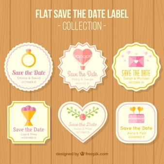 Etiquetas sobre casamentos no fundo de madeira