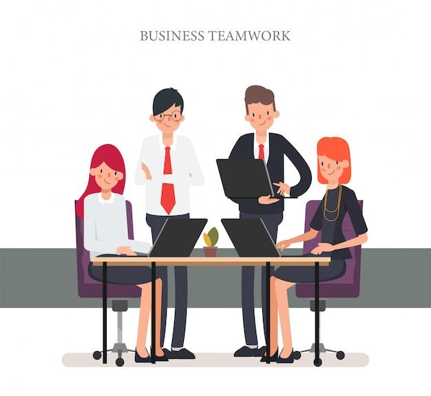 Executivos do colega do escritório dos trabalhos de equipa.