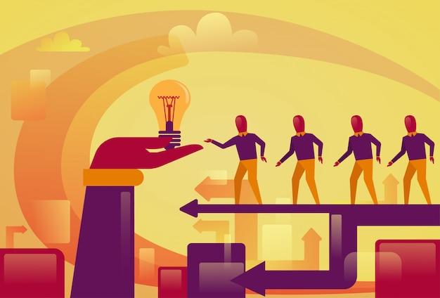 Executivos que andam à mão abstrata que guarda o conceito startup novo do desenvolvimento da ideia da ampola